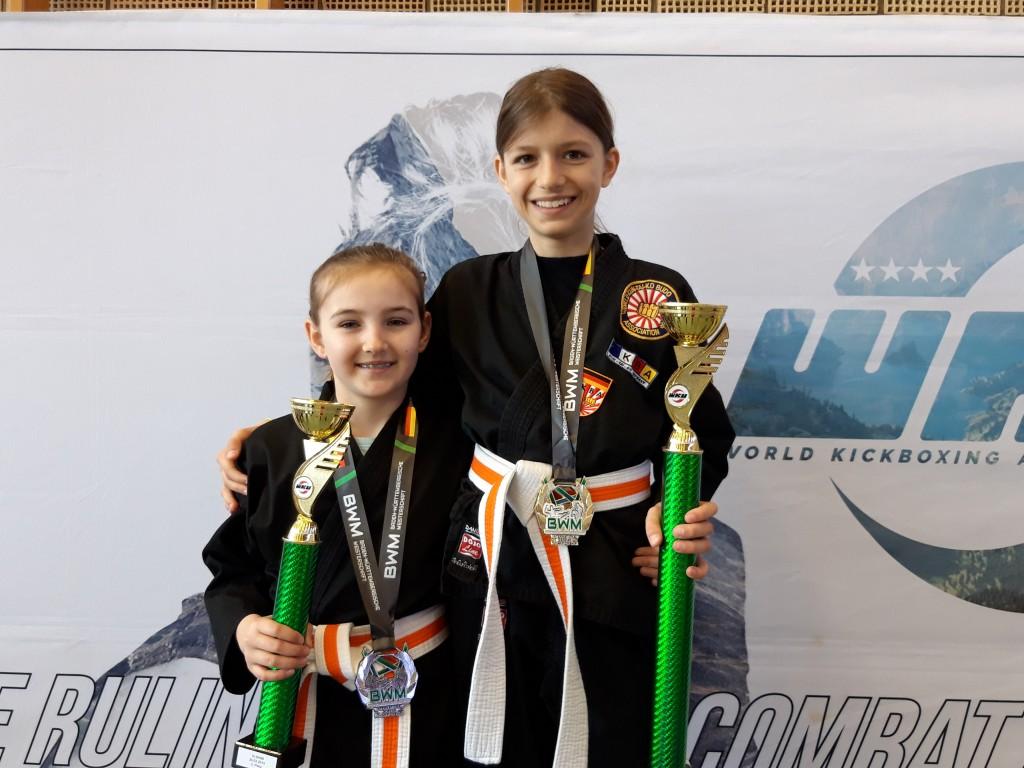 2 Christina u. Hannah m. Pokal